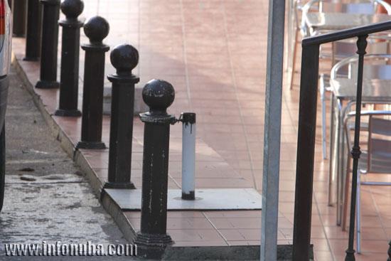 Imagen de los varios obstáculos que tienen que esquivar los peatones.