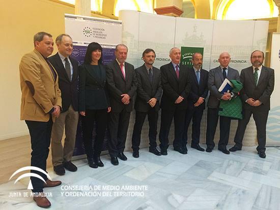 Representantes institucionales, empresas, profesionales, diferentes entidades, organismos y agentes sociales, se han dado cita en la Casa de la Provincia de Sevilla en el marco de la I Jornada Medidas de Acción Social en el Sector del Agua.