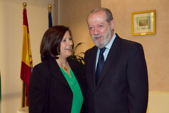 En la imagen María José Sánchez Rubio junto a Fernando Rodríguez Villalobos.