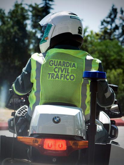 Imagen de un agente de Guardia Civil de Tráfico realizando labores de vigilancia.