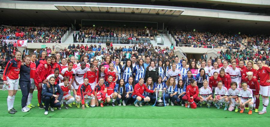 Antes del encuentro el Arsenal Ladies y el FC Bayern de Múnich se fotografiaron juntos con las jugadoras del Fundación Cajasol Sporting