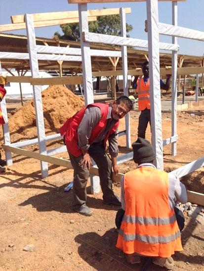 Manuel Canelo trabajando junto a otras personas en un proyecto de Cruz Roja.
