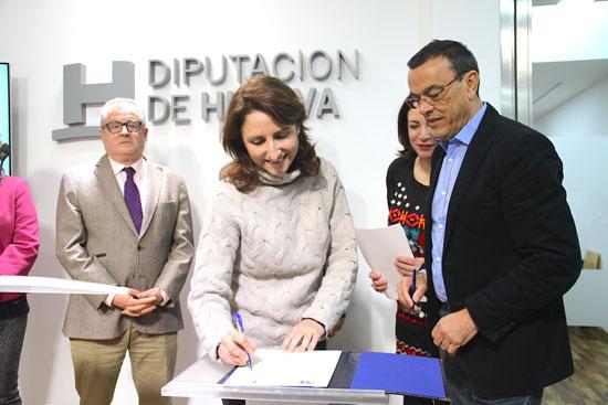 Imagen de la firma de uno de los convenios en la Diputación de Huelva.