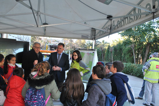 La Junta de Andalucía ha celebrado hoy en Huelva el Día del 112 con la participación de 70 escolares del colegio Reyes Católicos de la capital en la jornada de puertas abiertas que se ha celebrado en la Delegación del Gobierno.