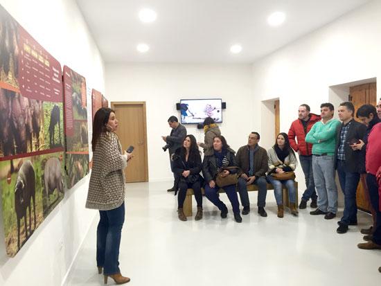 El presidente de la Diputación, Ignacio Caraballo, acompañado de numerosos diputados del equipo de Gobierno y de alcaldes y concejales de toda la provincia, ha realizado una visita al Centro de Interpretación del Andévalo, ubicado en el Huerto Ramírez.