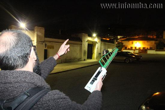 José Manuel López-Menchero realiza una medición en las proximidades del CEIP Virgen del Rosario.