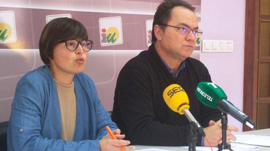 Isabel Lancha y Francisco Javier Camacho en la sede de IU en rueda de prensa.