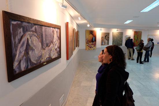 Dos personas observan una obra en la sala 'Expojoven' .