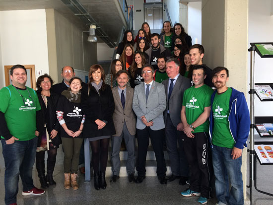 El consejero de Medio Ambiente y Ordenación del Territorio, José Fiscal, y el rector de la Universidad de Huelva, Francisco Ruiz junto a los alumnos de la UHU.