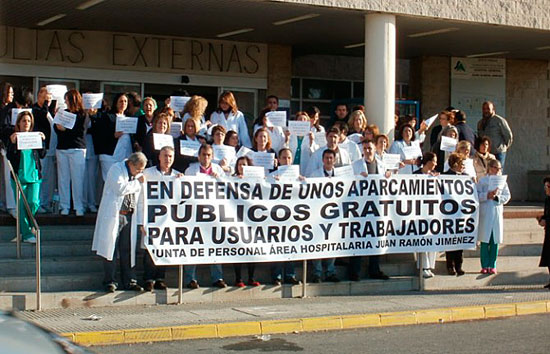 Imagen de una protesta contra la privatización del parking del Hospital Juan Ramón Jiménez.