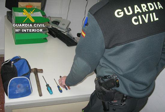 Un agente de la Guardia Civil comprueba las herramientas utilizadas en el robo.