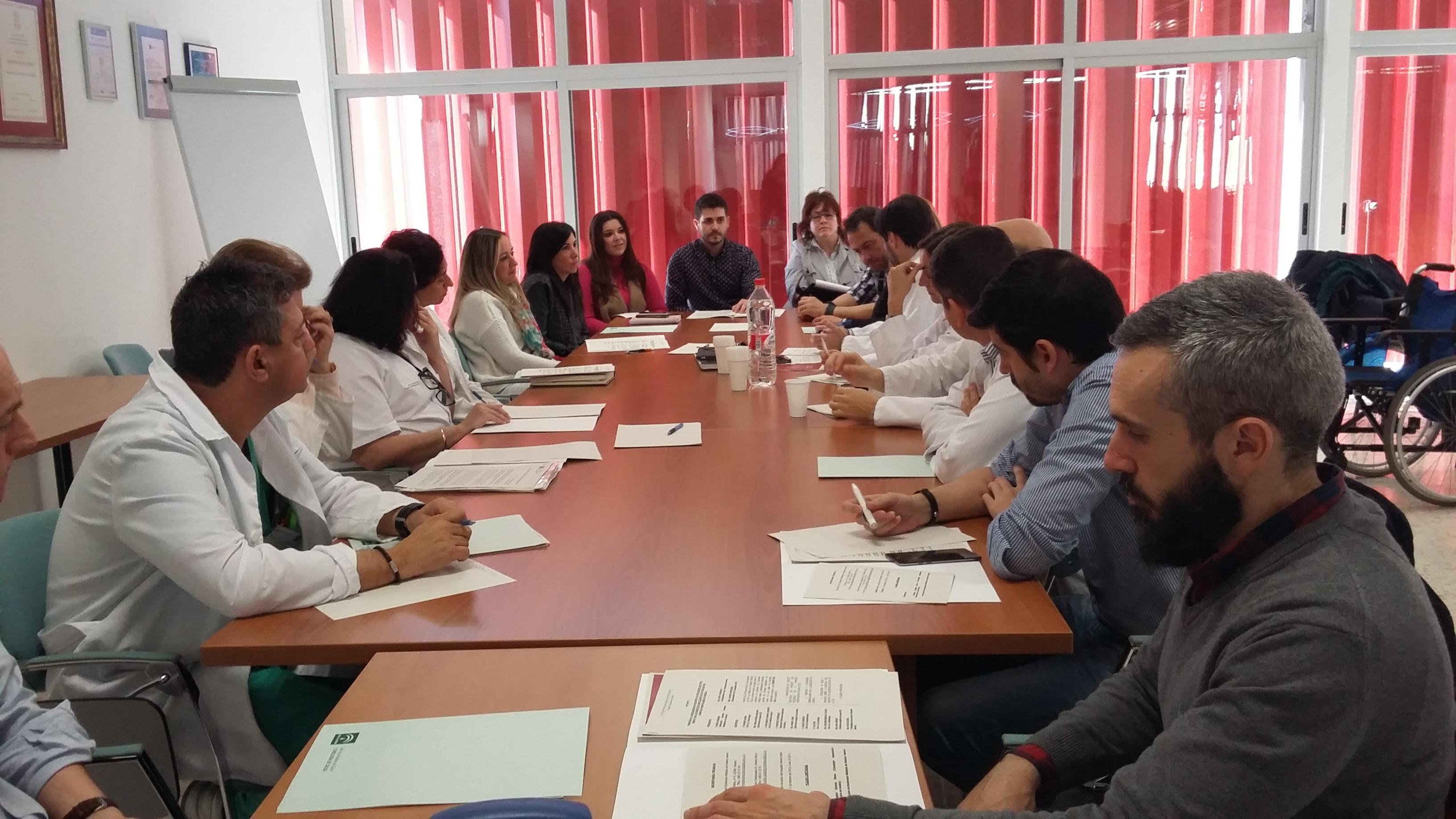 Profesionales referentes de aquellas especialidades del Complejo Hospitalario Universitario de Huelva que atienden a pacientes diagnosticados con esclerosis múltiple se han reunido en la jornada de hoy en el salón de actos del Hospital Infanta Elena, dentro del grupo de trabajo constituido con la asociación de pacientes en Huelva ADEMO.
