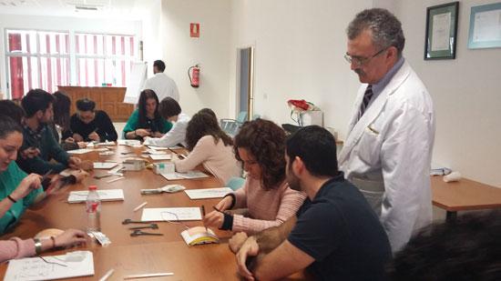 Cirujanos en formación y especialistas procedentes de distintos puntos del país se dan cita hoy en la primera edición del curso de formación sobre cierre de la pared abdominal que la Unidad de Cirugía General del Complejo Hospitalario Universitario de Huelva ha impulsado bajo el auspicio de la Sociedad Española de Cirujanos.
