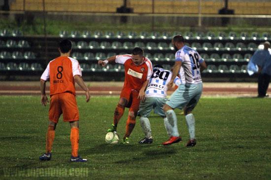 Un jugador del Beas C.F. retiene el balón.