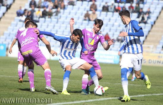 Zambrano pugna un balón con varios jugadores del Real Jaén.
