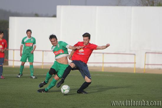 Dos jugadores disputan un balón.