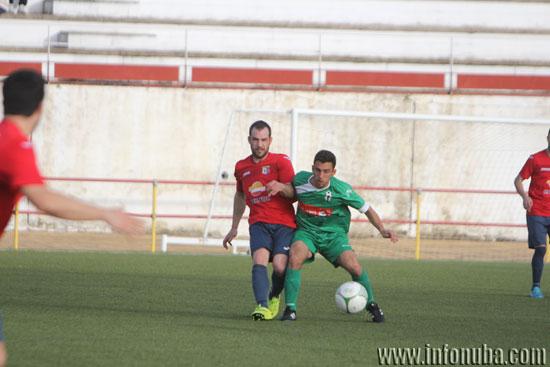 Pablo Matillia cede un balón ante la oposición de un jugador del Alosno CD.