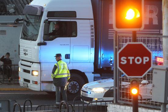 un agente de la Guardia Civil orienta a los conductores sobre los posibles desvíos en Zalamea la Real.