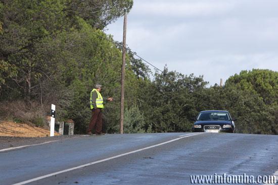Un vecino avisa a otros conductores de la caída del árbol.