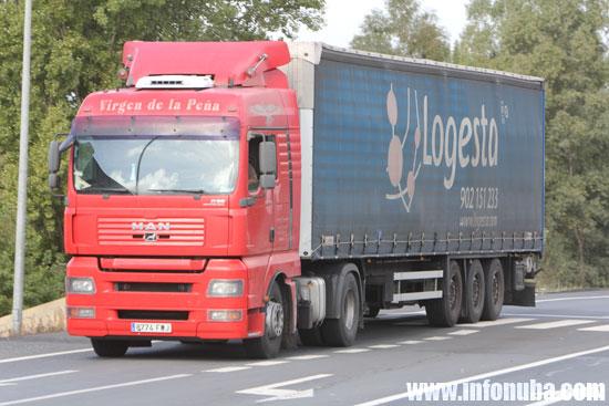 Imagen de un camión circulando por una carretera onubense.