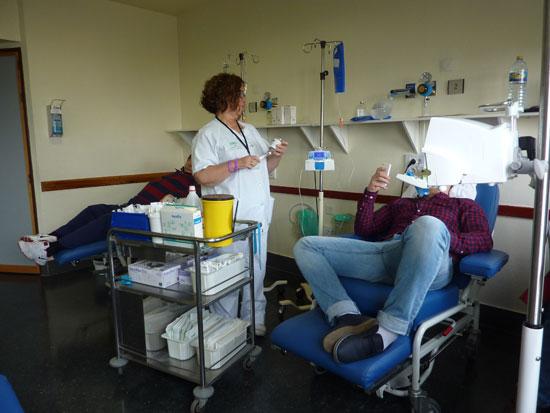 Imagen de pacientes recibiendo un tratamiento oncológico.