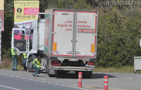 Agentes de la Guardia Civil de Tráfico comprueban un camión en la jornada de ayer.