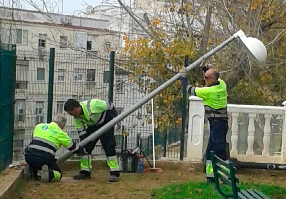 Operarios del Ayuntamiento de Huelva cambian la iluminación del Parque de La Esperanza.