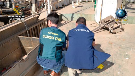 Imagen de dos agentes durante la operación.