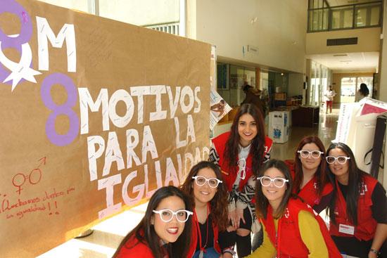 """Jóvenes participan en la campaña """"8 Motivos para la Igualdad""""."""
