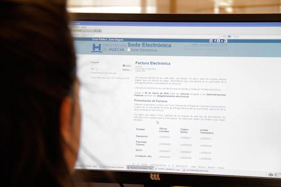 Una usuaria consulta la página web de diputación.