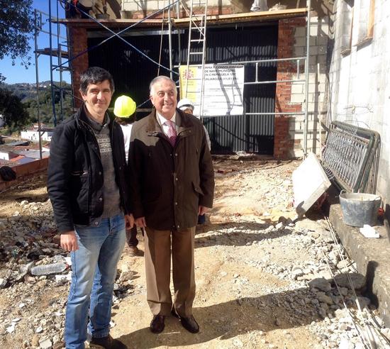Imagen de la visita de Enrique Pérez Viguera a las obras del PROFEA en Galaroza.