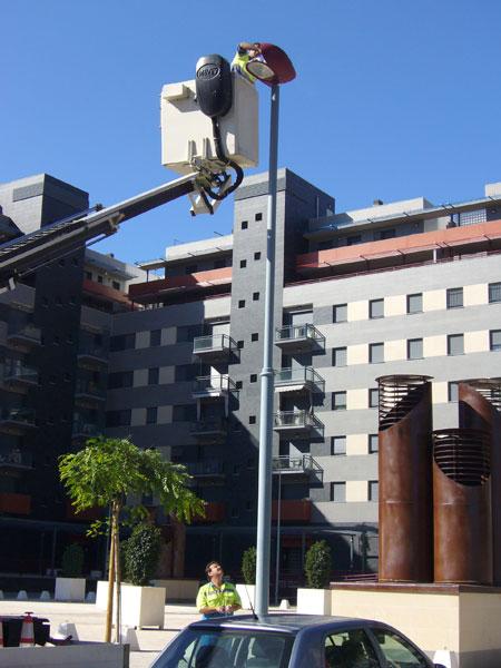 Un operario del Ayuntamiento de Huelva realiza labores de mantenimiento en el alumbrado público.