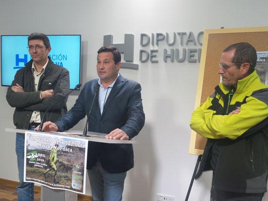 El diputado territorial de la Sierra, Ezequiel Ruiz, junto con el alcalde de Santa Ana, José Antonio Ramos, y el delegado en Huelva de la Federación Andaluza de Montañismo, Mariano Marchena, durante la presentación de la prueba.