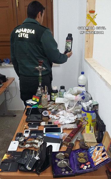 Un agente de la Guardia Civil sujeta un producto intervenido.