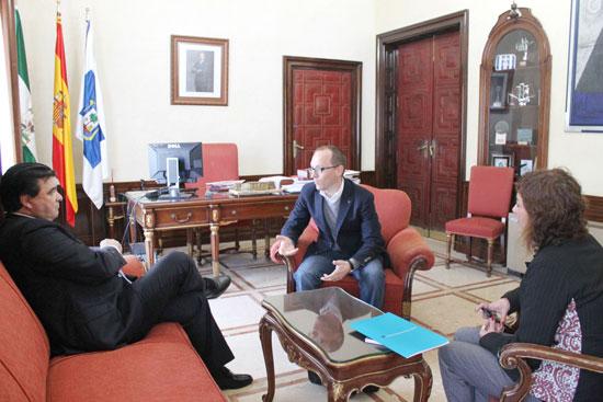 Gabriel Cruz, Elena Tobar y Manuel H. Martín durante la reunión.