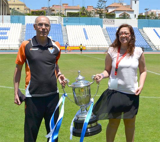 Antonio Toledo y Manuela Romero posan con la Copa de la Reina tras su consecución.