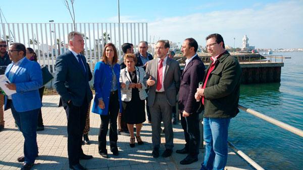 Las diferentes autoridades en su visita al Puerto de Isla Cristina.