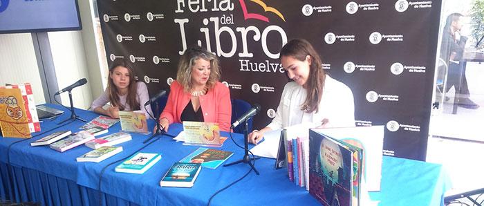Lourdes Garrido con las dos ganadoras del concurso de cuentos infantiles de la Diputación Provincial, María Villa Vázquez y Esther Gallego.