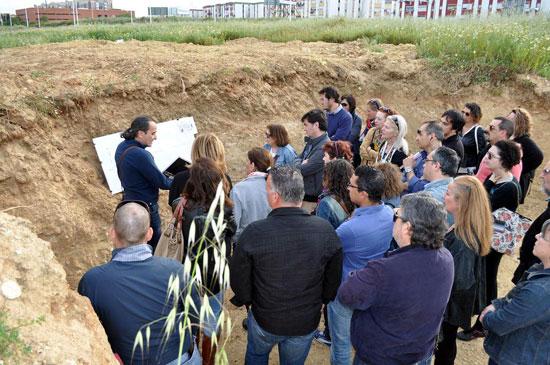 La performance se completó con la improvisación de un aula al aire libre en la que el arqueólogo Carlos Vera aportó información científica sobre el yacimiento.