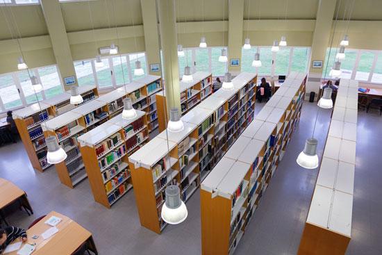 Imagen de la biblioteca de la UHU.