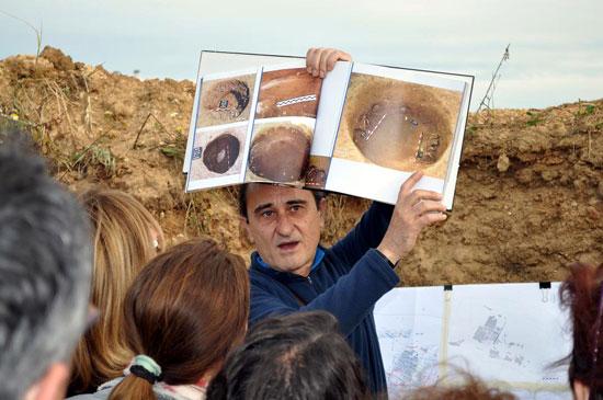 El arqueólogo Carlos Vera explica a los asistentes conceptos sobre enterramientos prehistóricos.
