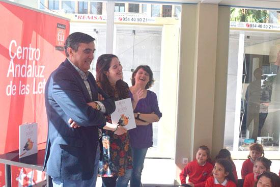 El delegado territorial de Educación, Vicente Zarza, ha acompañando hoy al alumnado de cinco y seis años del Colegio Moliere en su encuentro con Teresa Suárez y Francisca Alfonso, autoras del álbum ilustrado 'Carta de deseo'