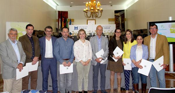 Imagen de los representantes de los ayuntamientos tras la firma.