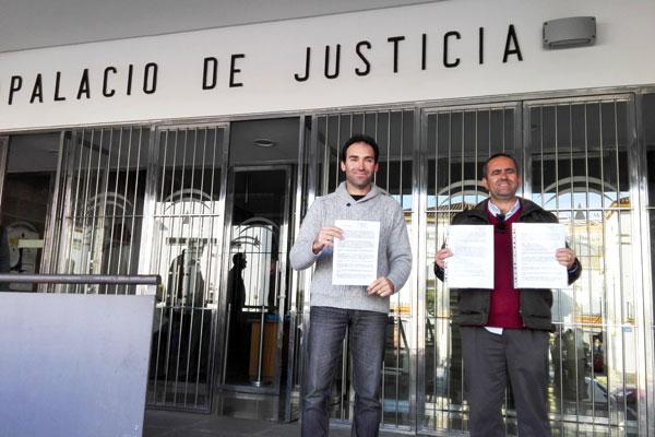 Juan Francisco Domínguez y Manuel Emilio Ruiz Álvarez  a las puertas de la Fiscalía.Provincial de Huelva.