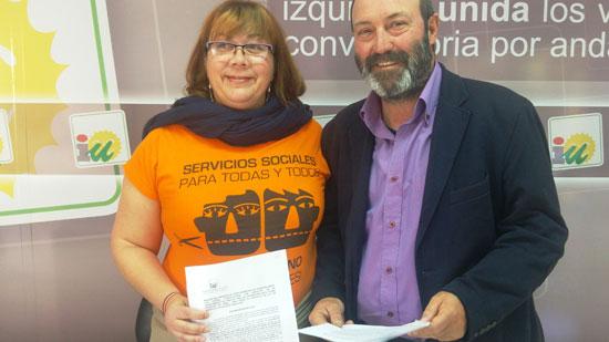Monica Rossi y Pedro Jiménez en la sede de Izquierda Unida en Huelva.