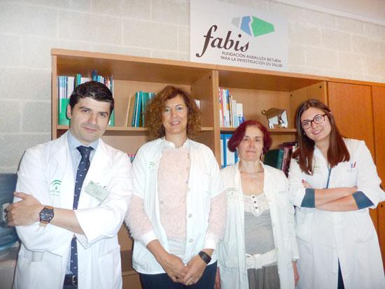 A la izquierda: Carlos Cordero, facultativo del Complejo Hospitalario de Huelva director de la sede onubense de Harvard y Mª Victoria Alonso, gerente de FABIS, junto a algunos alumnos.