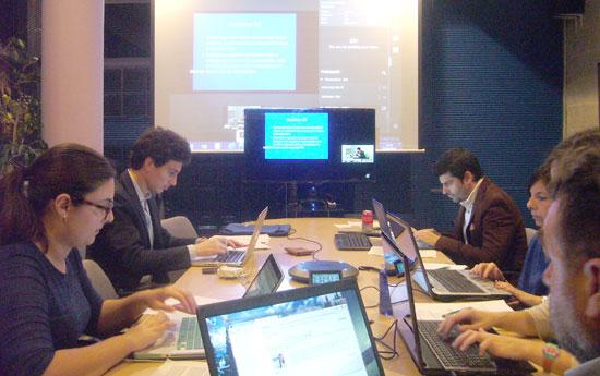 Imagen de una de las clases nocturnas en el Complejo Hospitalario online desde Boston.
