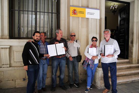 Los miembros de las organizaciones a las puertas de la Subdelegación del Gobierno en Huelva.