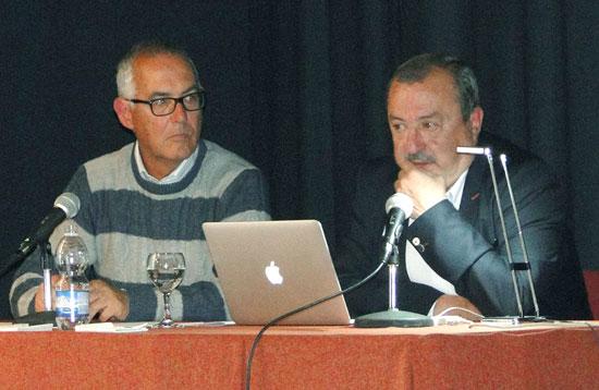 Paco Domínguez junto a José Luís Gozálvez durante la conferencia celebrada en Moguer el pasado fin de semana.