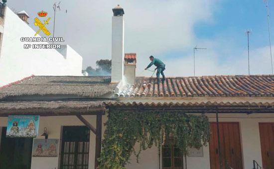 Imagen de la actuación de un agente de la Guardia Civil en el incendio.